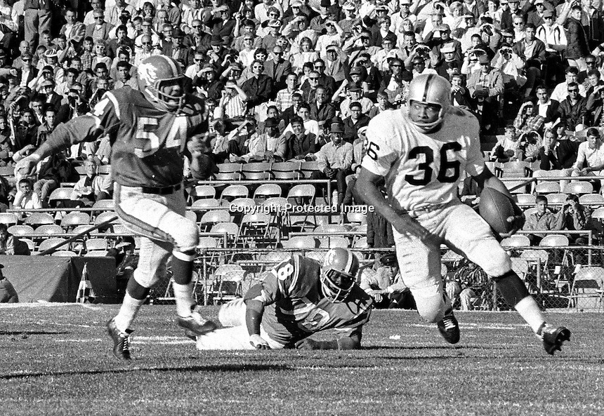 Oakland Raiders Clem Daniels against #54 Chip Myrle of the Denver Broncos. (1968 photo/.Ron Riesterer)