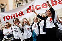 Cartello Roma dice basta con le 6 donne promotrici della manifestazione<br /> Banner Rome says stop and the 6 women promoters of the demonstration<br /> Roma 27/10/2018. Campidoglio. Manifestazione sit-in dei cittadini contro il degrado di Roma organizzata da 6 donne del comitato TuttiperRomapertutti, sotto l'hashtag #romadicebasta.<br /> Rome October 27th 2018. Campidoglio Square. Demonstration of roman citizens agains the mayor and against the deterioration and the huge problems that have been afflicting Rome during the last months, like garbage, carelessness and huge and dangerous holes in the streets. The sit-in was organized by 6 women that created the movement 'Rome says Stop'.<br /> Foto Samantha Zucchi Insidefoto