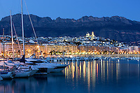Spain, Costa Blanca, Altea: View over marina and town at dusk | Spanien, Costa Blanca, Altea: Yachthafen am Abend