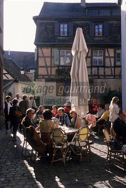 Europe/France/Alsace/67/Bas-Rhin/Wissembourg : Terrasses et vin blanc au cours des ruelles