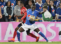 BOGOTA - COLOMBIA -20 -11-2016: Deiver Machado (Der) jugador de Millonarios disputa el balón con Mauricio Cortes (Izq) jugador de Independiente Medellín durante partido por la fecha 20 de la Liga Aguila II 2016 jugado en el estadio Nemesio Camacho El Campin de la ciudad de Bogota./ Deiver Machado (R) player of Millonarios fights for the ball with Mauricio Cortes (L) player of Independiente Medellin during match for the date 20 of the Liga Aguila II 2016 played at the Nemesio Camacho El Campin Stadium in Bogota city. Photo: VizzorImage / Gabriel Aponte / Staff.