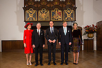 La reine Mathilde de Belgique, le roi Philippe de Belgique, le Premier Ministre des Pays-Bas, Mark Rutte, le roi Willem-Alexander des Pays-Bas, la reine Maxima des Pays-Bas, au Parlement hollandais de La Haye.<br /> Pays-Bas, La Haye, 28 novembre 2016.<br /> Queen Mathilde of Belgium, King Philippe of Belgium, Dutch Prime Minister Mark Rutte, Dutch King Willem-Alexander and Dutch Queen Maxima at the 'Binnenhof' governmental building complex in The Hague, on the second day of a three-day State visit of the Belgian royal couple to The Netherlands.<br /> Netherlands, The Hague, 29 November