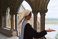 Europe/France/Normandie/Basse-Normandie/50/Manche: Baie du Mont Saint-Michel, classée Patrimoine Mondial de l'UNESCO, Mont Saint-Michel:  Soeur Claire Annaël  de la communauté des Fraternités Monastiques dans le cloître de l'ababtiale <br />  [Non destiné à un usage publicitaire - Not intended for an advertising use]<br /> // Europe/France/Normandie/Basse-Normndie/50/Manche: Bay of Mont Saint Michel, listed as World Heritage by UNESCO,  The Mont Saint-Michel:  Soeur Claire Annaël,  Monastic Fraternities of Jerusalem [Non destiné à un usage publicitaire - Not intended for an advertising use]