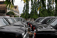 INDIA Kolkata Calcutta , HM Hind Motors car factory, here the Ambassador is still produced after license of Oxford Morris, new black painted cars for the government and army / INDIEN Kolkata Kalkutta , Fabrik HM Hind Motors, Herstellung von Ambassador , der HM Ambassador laeuft heute noch neu nach Vorlage des Oxford Morris bei HM Hindustan Motors vom Band