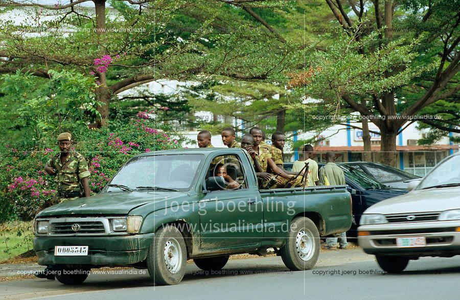 Burundi Bujumbura, civil war, conflict between Hutu and Tutsi, armed forces at Toyota pick-up / Burundi Bujumbura, bewaffnete Soldaten der Armee