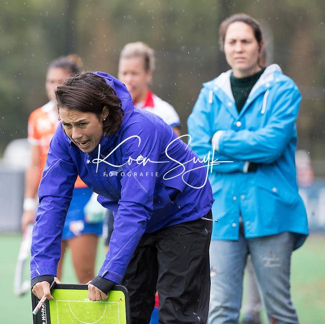 HOCKEY - coach Tina Bachmann (SCHC) met rechts assistent coach Maike Stockel (SCHC) tijdens de competitie hoofdklasse hockeywedstrijd Bloemendaal-SCHC (0-4).  COPYRIGHT KOEN SUYK