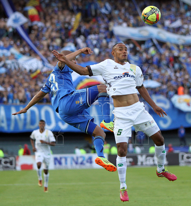 BOGOTA -COLOMBIA. 03-05-2014. Lewis Ochoa  (Izq) de Millonarios  disputa el balon contra Elvis Gonzalez  de La Equidad  partido de vuelta por los Cuartos de Final  de La liga Postobon  disputado en el estadio Nemesio Camacho El Campin. /  Lewis Ochoa (L) of Millonarios dispute the balloon against Elvis Gonzalez of La Equidad  game around the Quarter Finals of the Postobon league match at the Estadio Nemesio Camacho El Campin. Photo: VizzorImage/ Felipe Caicedo / Staff