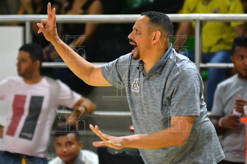 BARRANQUILLA - COLOMBIA. 16-11-2019: Tomas Diaz técnico de Titanes gesticula durante partido por la semifinal entre Titanes de Barranquilla y Warriors de San Andrés como parte de la Liga Profesional de Baloncesto de Colombia 2019 realizado en el Coliseo Elías Chewing Barranquilla, Colombia. / Tomas Diaz coach of Titanes gestures during semifinal match between Titanes de Barranquilla and Warriors de San Andres as part of Professional Basketball League of Colombia 2019 played at Elias Chewing coliseum in Barranquilla, Colombia. Photo: VizzorImage / Alfonso Cervantes / Cont
