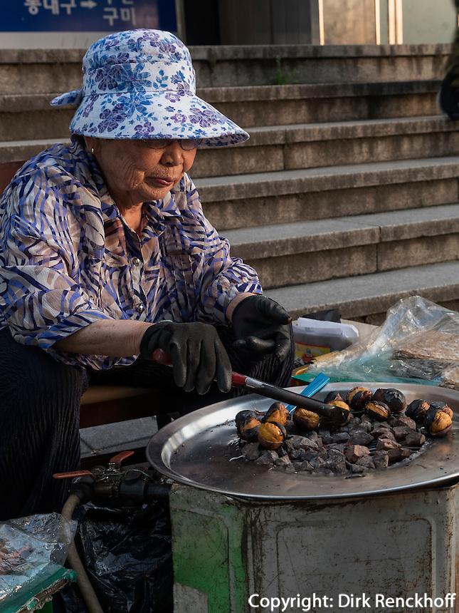 Verkauf von Esskastanien, Daegu, Provinz,Gyeongsangbuk-do , S&uuml;dkorea, Asien<br /> Streetvendor of sweet chestnuts  in Daegu,  province Gyeongsangbuk-do, South Korea, Asia