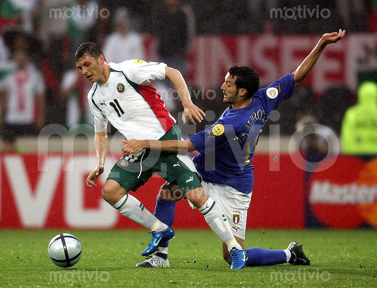 Fussball INTERNATIONAL EURO 2004 in Guimares im Stadion D. Afonso Henriques Italien-Bulgarien Zdravko Lazarov (BUL li) gegen Gianluca Zambrotta (ITA)