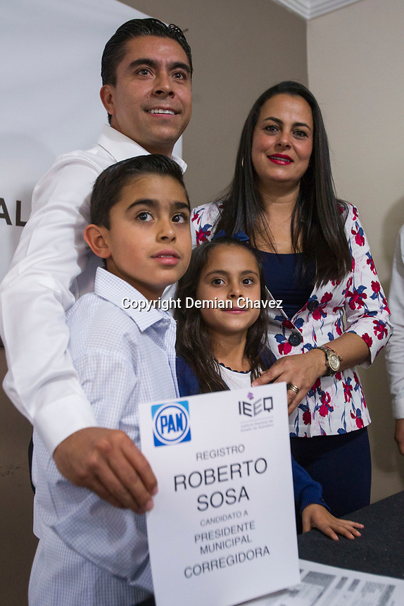 Corregidora, Qro. 12 de abril de 2018.-  Roberto Sosa se registra como candidato del PAN para el municipio de Corregidora. Fue acompañado por los lideres estatales del PRD y PAN; así como de la fórmula para el senado Mauricio Kuri y Guadalupe Murgía.