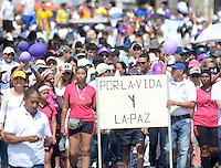 "BARRANQUILLA - COLOMBIA, 08-03-2015: Miles de Colombianos se congregaron para participar en ""La Marcha por La Vida"" convocada por el profesor Antanas Mockus./ Thousands of Colombian people gathered to participate in the ""March for Life"" organized by Antanas Mockus teaacher. Photo: VizzorImage/Alfonso Cervantes/STR"