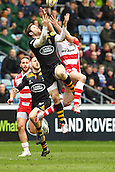 01.03.2015.  Coventry, England.  Aviva Premiership. Wasps versus Gloucester Rugby.   Rob Miller (L)  (Wasps) and Charlie Sharples (R)  (Gloucester) jump for the high-ball