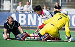 AMSTELVEEN - Roderick Tam (SCHC) in duel met Keeper Derek van Essen (Pinoke) en Thijn Knetemann (Pinoke)   Hoofdklasse competitie heren. Pinoke-SCHC (0-1) . COPYRIGHT  KOEN SUYK