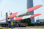 GERMANY Hamburg, construction of new Nordex wind turbine at treatment plant of Hamburg Wasser, the local water supplier, transport of rotor blades / DEUTSCHLAND Hamburg, Aufbau einer Nordex Windkraftanlage auf dem Gelaende Klaerwerk Koehlbrandhoeft von Hamburg Wasser, Anlieferung Nordex Rotorblaetter