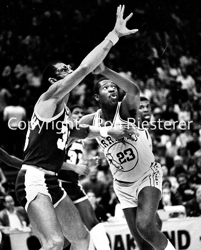 Golden State Warrior Rickey Brown guarding Kareem Abdul Jabbar. (1982 photo/Ron Riesterer)