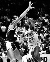 Golden State Warrior Rickey Brown guarding Kareem Abdul Jabbar. (1982 photo/Ron Riesterer)