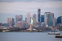 Blick auf die Statue of Liberty und Manhattan bei Sonnenuntergang