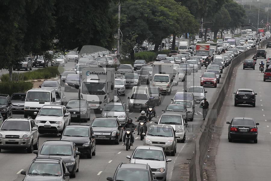 SÃO PAULO, SP, 07 DE FEVEREIRO DE 2013 - TRANSITO. Manhã com transito na Av. Tiradentes sentido do centro nessa Quinta-feira (7). FOTO: LUIZ GUARNIEIRI - BRAZIL PHOTO PRESS