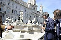 Roma, 16 settembre 2011.Piazza Navona.Restauro della fontana del Moro, visita del  sindaco di Roma Alemanno. Presenti l'assessore capitolino Gasperini, il sovraintendente ai Beni culturali di Roma Capitale, Broccoli e l'ambasciatore dello stato del Belize, Alfred D'Angieri.