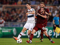 Calcio, Champions League, Gruppo E: Roma vs Bayern Monaco. Roma, stadio Olimpico, 21 ottobre 2014.<br /> Bayern's Robert Lewandowski, left, is challenged by Roma's Miralem Pjanic and Daniele De Rossi, right, during the Group E Champions League football match between AS Roma and Bayern at Rome's Olympic stadium, 21 October 2014.<br /> UPDATE IMAGES PRESS/Isabella Bonotto