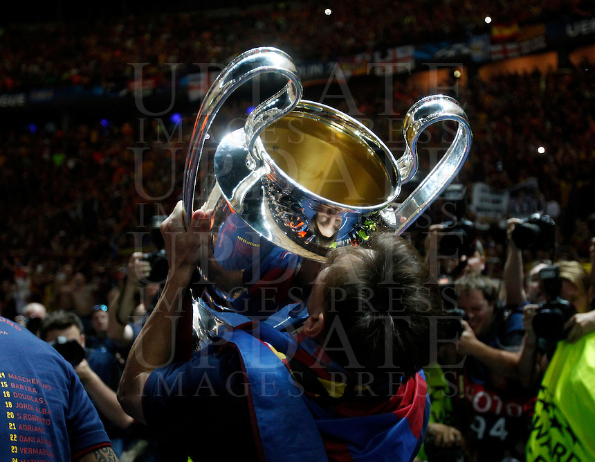 Calcio, finale di Champions League Juventus vs Barcellona all'Olympiastadion di Berlino, 6 giugno 2015.<br /> FC Barcelona&rsquo;s Lionel Messi kisses the trophy at the end of the Champions League football final between Juventus Turin and FC Barcelona, at Berlin's Olympiastadion, 6 June 2015. Barcelona won 3-1.<br /> UPDATE IMAGES PRESS/Isabella Bonotto