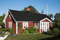 Sweden, Blekinge County, Tjurkoe island, near Karlskrona: Traditional red Swedish summer house | Schweden, Blekinge laen, bei Karlskrona: traditionelles schwedisches Sommerhaus auf der Insel Tjurkoe