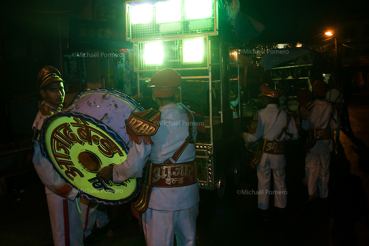 23.11.2010 Bundi (Rajasthan)<br /> <br /> Wedding ceremony passing by the street.<br /> <br /> Cérémonie de mariage passant dans la rue.