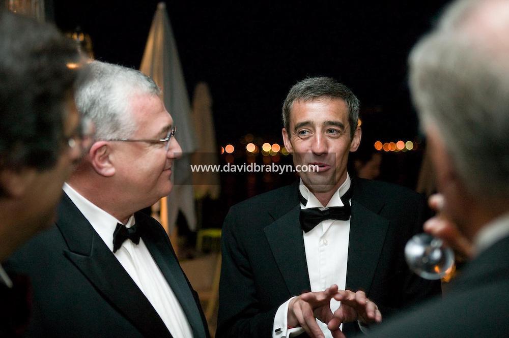 Gilles Duval (2D), Jean Azema (2G), diner, 20 ans de la Fondation Groupama-Gan pour le Cinema, Cannes, France, 18 mai 2007.