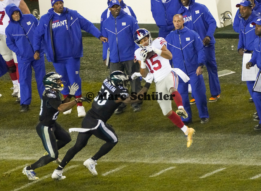 wide receiver Golden Tate (15) of the New York Giants gegen outside linebacker Nigel Bradham (53) of the Philadelphia Eagles - 09.12.2019: Philadelphia Eagles vs. New York Giants, Monday Night Football, Lincoln Financial Field