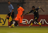 ENVIGADO -COLOMBIA-05-02-2014. Fabio Burbano (Izq) de Envigado FC disputa el balón con Nelino Jose Tapia (Der) de Uniautónoma durante partido por la fecha 3 de la Liga Postobón I 2014 realizado en el Polideportivo Sur de la ciudad de Envigado./ Fabio Burbano (L) of Envigado FC fights for the ball with Nelino Jose Tapia (R) of Uniautonoma during match for the 3rd date of the Postobon League I 2014 at Polideportivo Sur in Envigado city.  Photo: VizzorImage/Luis Ríos/STR