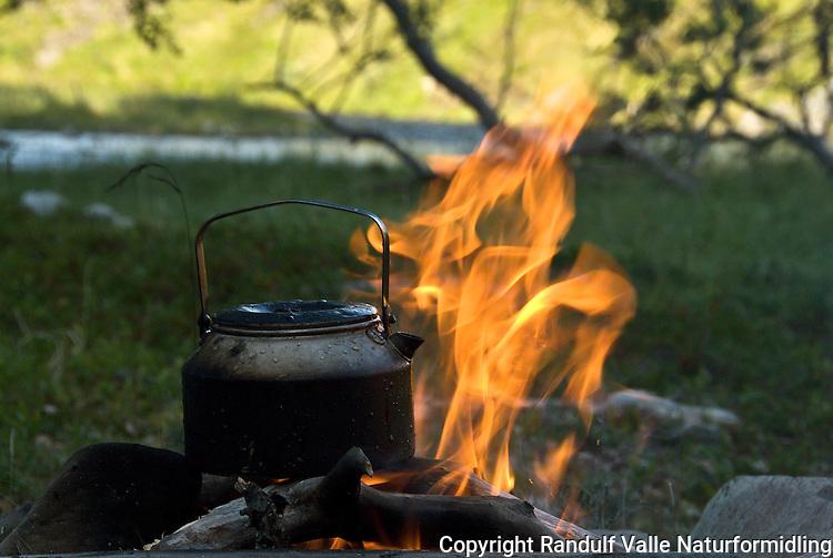 Kaffekjel på bål. ---- Kettle on camp fire.
