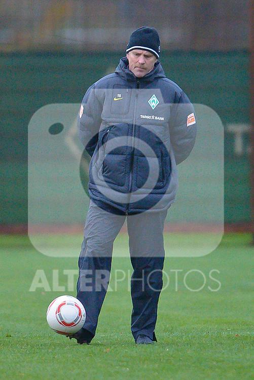 09.11.2010, Platz 5, Bremen, GER, Training Werder Bremen, im Bild  Thomas Schaaf ( Werder  - Trainer  COACH)   Foto © nph / Kokenge
