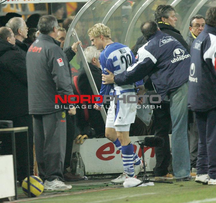 BL 05 / 06 - 20. Spieltag<br /> Borussia Dortmund vs. MSV Duisburg<br /> <br /> Tobias Willi (Mitte) vom MSV Duisburg wird nach seinem Platzverweis von Trainer J&uuml;rgen Kohler (rechts) in Empfang genommen.<br /> <br /> Foto &copy; nordphoto <br /> <br />  *** Local Caption *** Foto ist honorarpflichtig! zzgl. gesetzl. MwSt.<br />  Belegexemplar erforderlich