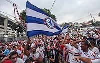 ATENCAO EDITOR IMAGEM EMBARGADA PARA VEICULOS INTERNACIONAIS - SAO PAULO, SP, 12 DEZEMBRO 2012 - COPA SUL-AMERICANA - SAO PAULO X TIGRES - Torcedores do Sao Paulo FC , sao vistos na porta do Estadio Cicero Pompeu de Toledo momentos antes da partida contra o Tigres pela final da Copa Sul-Americana na noite desta quarta-feira, 12. (FOTO: WILLIAM VOLCOV / BRAZIL PHOTO PRESS).