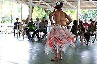 Adolescente dança com roupas feitas de garrafas pet e latas de alumínio durante o IV Encontrão  para dar continuidade a implantação do protocolo comunitário no Arquipélago do Bailique  na foz do rio Amazonas, Amapá, Brasil.Foto Paulo Santos 12/06/2015