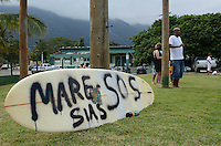 ATENCAO EDITOR IMAGEM EMBARGADA PARA VEICULOS INTERNACIONAIS - SAO SEBASTIAO, SP, 15 DE SETEMBRO DE 2012 - PROTESTO OLEO MARESIAS - Moradores e frequentadores da Praia de Maresias, litoral norte de Sao Paulo, protestam contra medidas tomadas no derramamento de oleo devido ao acidente com um caminhao tanque no dia 06, na tarde deste sabado, em Maresias. Alem de alegar que as medias tomadas nao estao sendo suficientes para reparar ou prevenir mais danos ambientais os manifestantes pedem aprovacao de um projeto de lei  para prevencao, reparacao e resposta rapida a acidentes com produtos quimicos perigosos. FOTO: ALEXANDRE MOREIRA - BRAZIL PHOTO PRESS