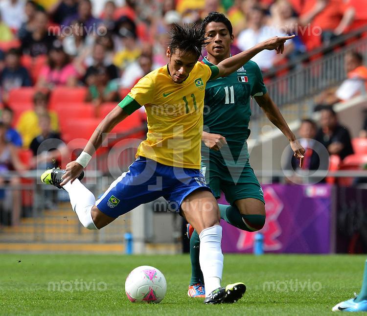 Olympia 2012 London  Fussball  Maenner  Finale   11.08.2012 Brasilien - Mexiko NEYMAR (li, Brasilien) gegen Javier AQUINO (Mexiko)