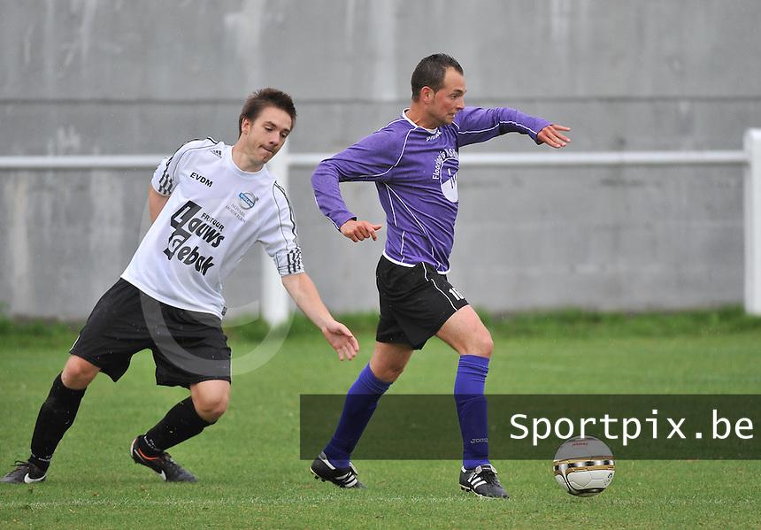 FC Helkijn : Michael Llopis aan de bal voor Gauthier Dreumont (links) van Racing Lauwe <br /> foto VDB / Bart Vandenbroucke