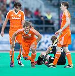 ROTTERDAM - HOCKEY - Blessure voor Constantijn Jonker tijdens de wedstrijd tussen de mannen bvan Nederland en Nieuw Zeeland (3-3)  bij de Rabobank Hockey World League in Rotterdam. links Rogier Hofman, rechts Seve van Ass.  ANP KOEN SUYK