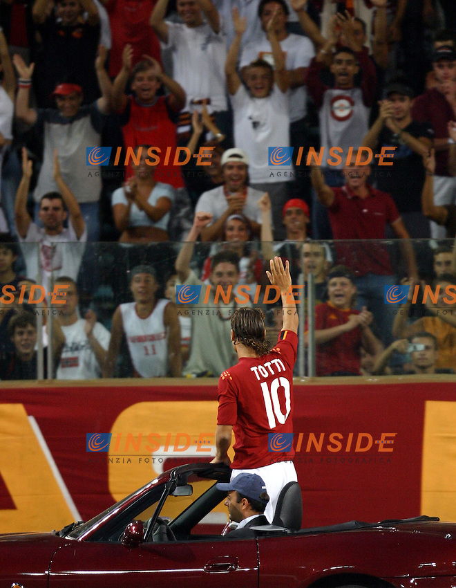 Roma 25/8/2003<br /> Presentazione AS Roma <br /> Francesco Totti saluta la curva  <br /> Foto Staccioli / Insidefoto