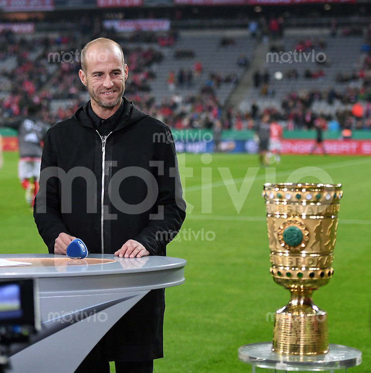 Fussball     DFB Pokal 2. Runde    Saison 2016/2017    FC Bayern Muenchen - FC Augsburg       26.10.2016 TV Experte Mehmet Scholl mit DFB Pokal