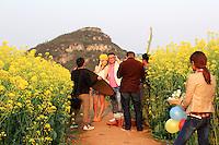 La photographie de mariage est devenue très prisée dans l'empire du Milieu. Un jeune couple est en train de se faire tirer le portrait.///Wedding photographs have become highly prized in the Middle Empire. A young couple is having its portrait taken.