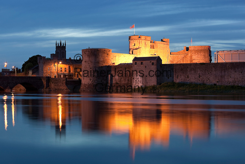 Ireland, County Limerick, King John's Castle at Shannon River at dusk | Irland, County Limerick, King John's Castle am Shannon River am Abend