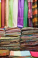 Europe/Turquie/Istanbul :  Dans le Grand Bazar écharpes en soie sur un étal