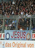 Fussball 1. Bundesliga 2011/2012  Testspiel   13.07.2011 Stuttgarter Kickers - VfB Stuttgart Ein Plakat mit der Aufchrift;  Jesu und dem Kickers-Wappen am Zaun vor dem Kickers Fanblock im Gazi Stadion in Degerloch.