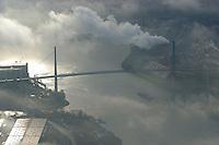 4415/ Koehlbrandbruecke: EUROPA, DEUTSCHLAND, HAMBURG, (EUROPE, GERMANY), 19.11.2005: 1974 fertiggestellter Verkehrsweg, verbindet die westlichen und die östlichen Hafenteile als erste Landverbindung. Das 520 Meter lange Kernstück der Stahlbrücke ist an 88 Stahlseilen aufgehängt und die ästhestische Konstruktion der zwei charakteristischen Stützpfeiler stellt nicht nur optisch, sondern auch technisch eine Meisterleistung der Brückenkonstrukteure dar. Winterstimmung, Dunst, Nebel, Hauptverkehrsweg im Hamburger Hafen, Zollgebiet, ..