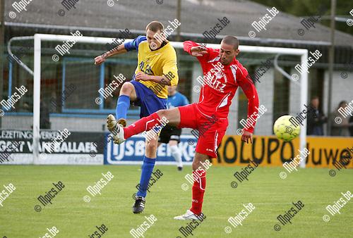 2009-08-29 / Seizoen 2009-2010 / KFC De Kempen - Tubantia Borgerhout / Tanik Hammouti van Tubantia Borgerhout kan niet verhinderen dat Stief Goetschalckx van De Kempen de bal naar voor speelt..Foto: Maarten Straetemans (SMB)
