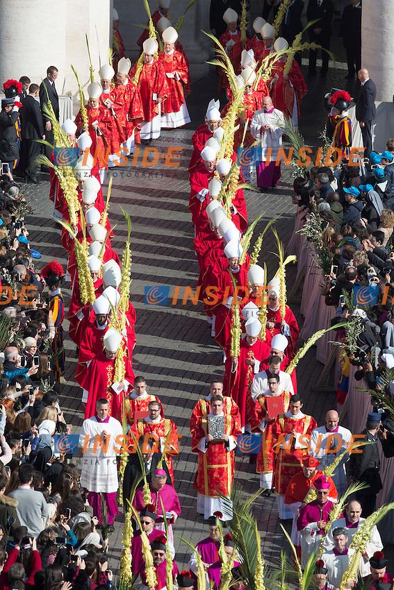 I cardinali in processione con le palme<br /> Roma 20-03-2016 Vaticano Piazza San Pietro. Santa Messa per la domenica delle Palme. St Peter's Square. Holy Mass for Sunday of Palms.<br /> Photo Samantha Zucchi Insidefoto