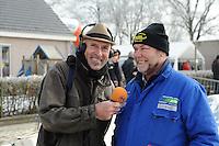 SCHAATSEN: NOORDLAREN: 18-01-2017, IJsvereniging De Hondsrug, de eerste marathon op natuurijs van 2017, Derk Bosscher (RTV Noord), ijsmeester Gezienus van Iren, ©foto Martin de Jong